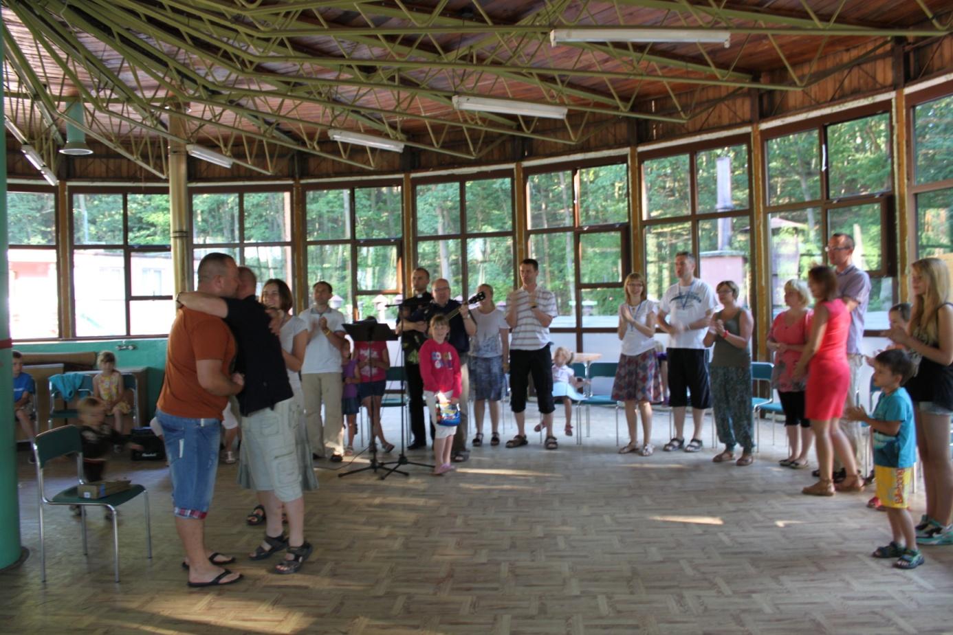 Modlitwa poranna połączona z urodzinowym świętowaniem na rekolekcjach w Mikoszewie 2014r.